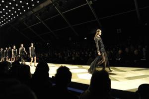 Roberto Cavalli le sube la falda a la elegancia en Milán (Fotos)