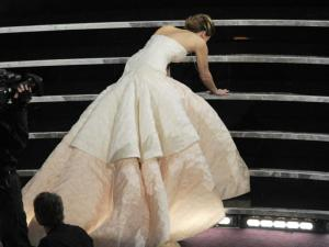 La caída de Jennifer Lawrence (Video)