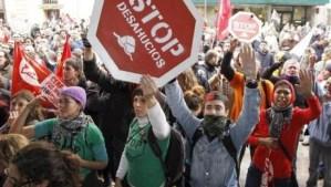Gobierno y oposición enfrentados en España por los desahucios