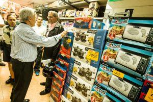 Comercios de electrodomésticos incorporan nuevos rubros para sobrevivir