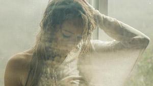 Shhh… no le digan a Emily que la estamos viendo desnuda por la ventana (UFFF)