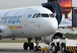 Aerolínea de Aruba aclaró que el papel que exigen firmar a venezolanos proviene del Gobierno de la isla