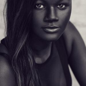 Súper chocomamacita: La modelo que conquista al mundo por su piel increíblemente negra (FOTOS)