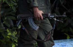 Grupos armados colombianos seducen a venezolanos desesperados