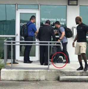 """Adivinen quién llegó a EEUU en vuelo privado, con flux negro y mascota en su """"kennel"""" (fotos)"""