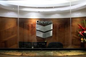 Chevron con pérdida trimestral de 8.300 millones de dólares por salida de Venezuela y planes de despidos