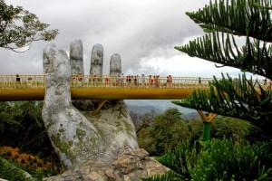 EN FOTOS: el increíble puente sobre montañas sostenido por dos manos gigantes en Vietnam