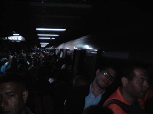 Ciudadanos vivieron el terror luego que se descarrilara un tren en la línea 3 del Metro de Caracas #19Ene (VIDEO)