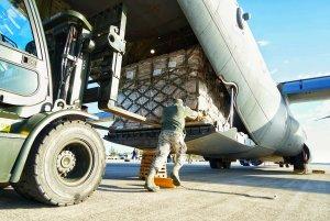 Aviones militares de Estados Unidos entregaron ayuda humanitaria a la devastada Beirut