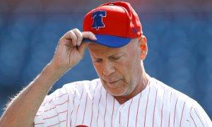 El blooper de Bruce Willis en un partido de Grandes Ligas que despertó el abucheo general (Video)