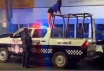 EN VIDEO: Joven muestra sus sexys movimientos montada en una PATRULLA de policía