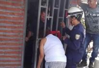 ¡Por chismosa! Una mujer quedó atrapada en una reja (FOTOS)