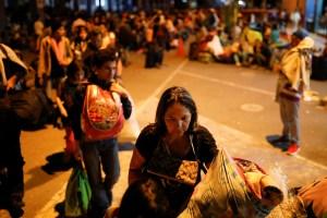 Con sus niños en brazos, madres venezolanas se apresuran para ingresar a Perú (FOTOS)