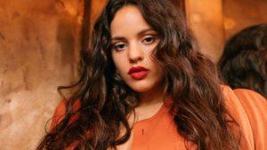 ¡De infarto! La Rosalía apareció con un vestido rojo cortito y bastante ajustado