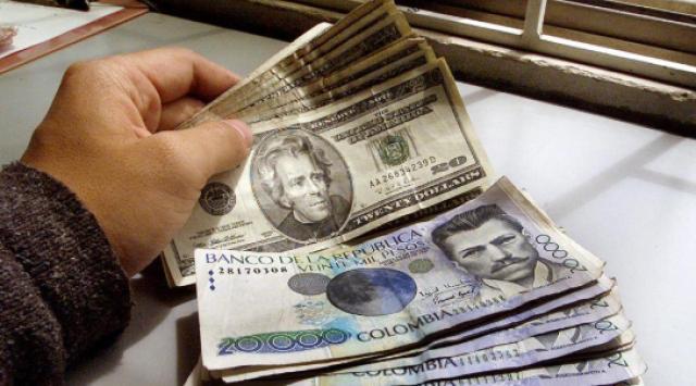BOGOTA, COLOMBIA: Un ciudadano colombiano intercambia pesos colombianos por dólares estadounidenses. (Crédito de la foto: Luis Acosta / AFP / Getty Images)IMÁGENES DE AFP / GETTY