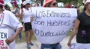 EN VIDEO: Un electricista venezolano no pudo culminar su labor por las constantes agresiones de una peruana