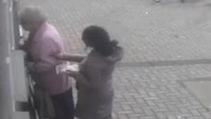 Anciana de 81 años se defiende de una mujer que trataba de robarle en un cajero automático (VIDEO)