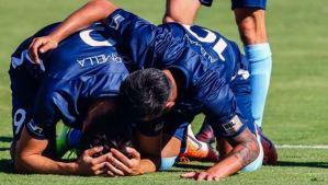 Su padre murió de cáncer, decidió jugar sin contarlo y su equipo lo supo al verlo romper en llanto tras marcar un gol (Video)