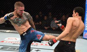 Dramático nocaut en UFC: Dejó inconsciente a su rival y volvió a golpearlo en el piso (Video)