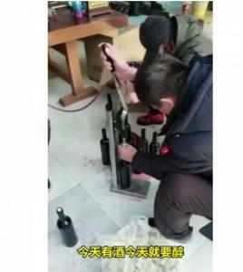 """En video: Demuestran cómo los chinos """"pinchan"""" algunas bebidas y productos"""