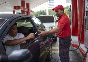 AP: Los venezolanos pagan la gasolina con cigarros y paquetes de arroz para esquivar la inflación