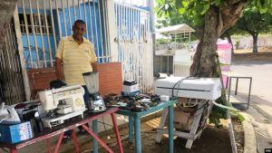 Venezolanos venden sus pertenencias frente a sus casas para poder comer