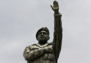 La FOTO de los restos de la estatua de Chávez que derribaron en Bolivia tras fraude electoral
