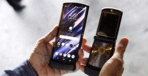 Motorola trae de vuelta el Razr como teléfono inteligente plegable (Fotos)