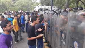 EN FOTOS: Así estudiantes en la UCV confrontan a la fuerza represora de Maduro #14Nov