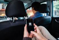 Conductor de Uber encuentra a su esposa escondida en su vehículo para espiarlo