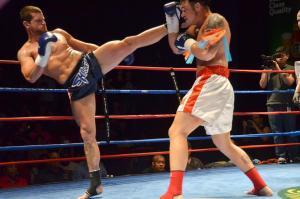 ¡Impresionante doble nocaut! Boxeadores caen al suelo simultáneamente tras propinarse el mismo golpe (Video)