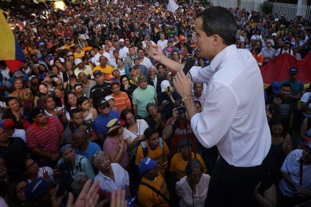 El presidente encargado de Venezuela, Juan Guaidó le habla a los venezolanos. Imagen cortesía @jguaido