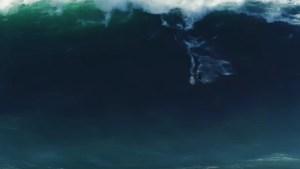 """EN VIDEO: Una ola de 18 metros se """"traga"""" a un surfista en Portugal"""
