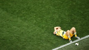 ¡Impactante! Se dislocó la rodilla en pleno partido y se la acomodó a golpes para seguir jugando (Video)