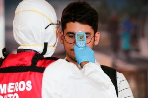 España mantendrá toma de temperatura aún cuando se elimine la cuarentena a viajeros
