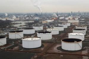 Barril de petróleo cae a 25 dólares por exceso de suministro y aumento de inventarios en EEUU