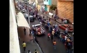 La MEGA COLA de usuarios para comprar comida en Anzoátegui #2Abr (Video)