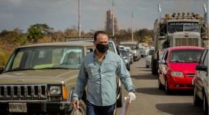 """""""Somos el grupo de cero importancia"""": Pacientes crónicos relatan su agonía para surtir gasolina en Bolívar"""