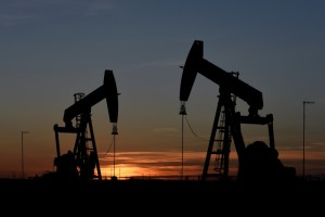 Petróleo sube por caída de reservas de gasolina en EEUU