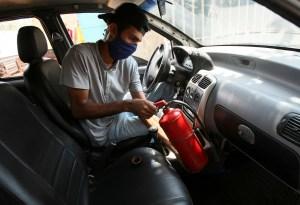 Los venezolanos le echan mano a sus carros para que arranquen con gas doméstico (FOTOS)