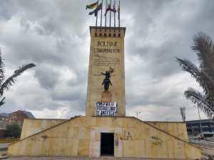 Despliegan pancarta contra el régimen de Maduro en histórico monumento en Bogotá (FOTOS)