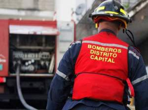 Indignante: Bomberos trataron de apagar un incendio en Caricuao con TOBOS de agua (VIDEO)