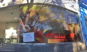 Pegan carteles en la embajada de Venezuela en Argentina en protesta contra el régimen de Nicolás Maduro (FOTOS)