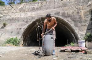 Caraqueños pagan el agua más cara del mundo (Fotos)