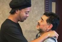 Diego Maradona contactó a Ronaldinho y le realizó una proposición que quizás no pueda rechazar