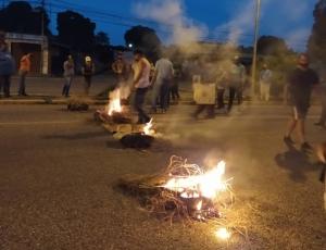 Nueva noche envuelta en llamas y represión durante protestas en San Carlos, Cojedes (Fotos y Videos)