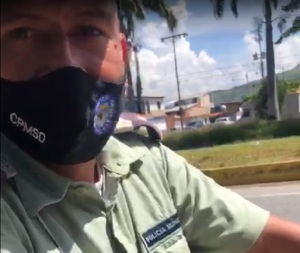 Supervisor de PoliSanDiego golpea a una ciudadana por andar grabando (Video)