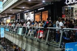 Segundo Black Friday en el Sambil de Caracas transcurrió entre gaitas, patrulleros y menor volumen de visitantes que en 2019 (Video)