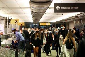 EEUU mantiene restricciones a viajes internacionales por variante Delta