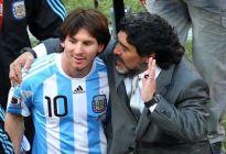 El día que Maradona tocó a Messi con su mano de Dios